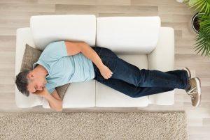 άντρας κοιμάται καναπέ συνήθειες χαλάν καναπέ
